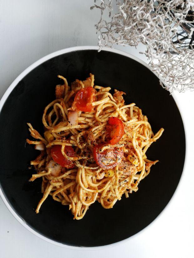 Chow Mein z tuńczykiem i pomidorkami