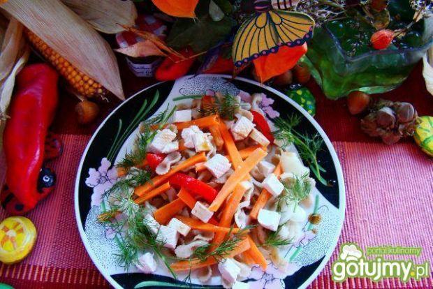 Chrupiąca sałatka marchewkowo-makaronowa