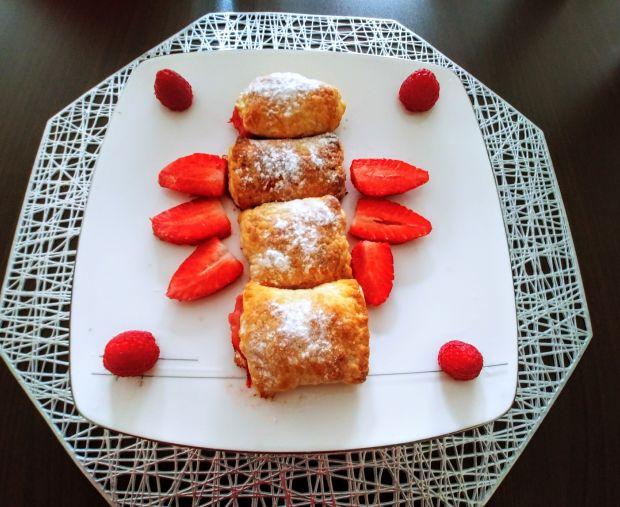 Ciasteczka francuskie z truskawkami i rabarbarem