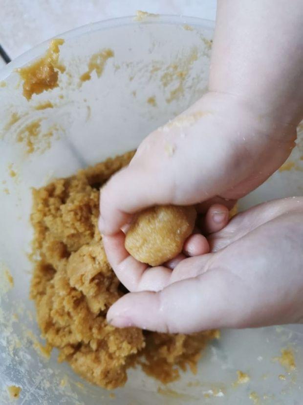 Ciasteczka z masła orzechowego i mąki kokosowej