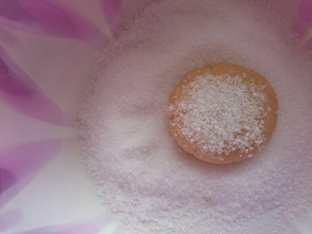 Ciasteczka z masłem orzechowym obtaczane w cukrze