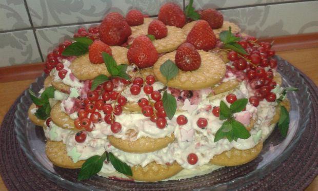 Ciasteczkowy torcik z musem porzeczkowym