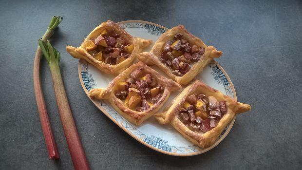 Ciastka francuskie z brzoskwiniami i rabarbarem