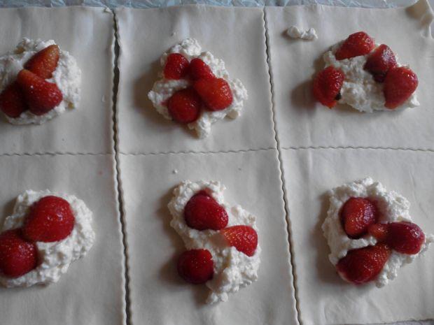 Ciastka francuskie z truskawkami i serem