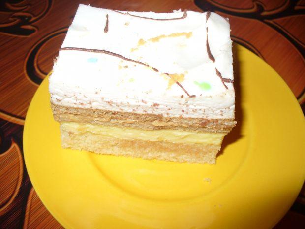 Ciasto biszkoptowe z masą serową i śmietankową.