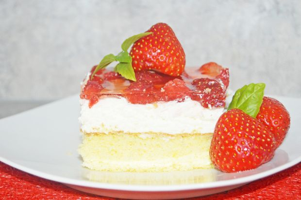 Ciasto biszkoptowe z masą śmietanową i truskawkami