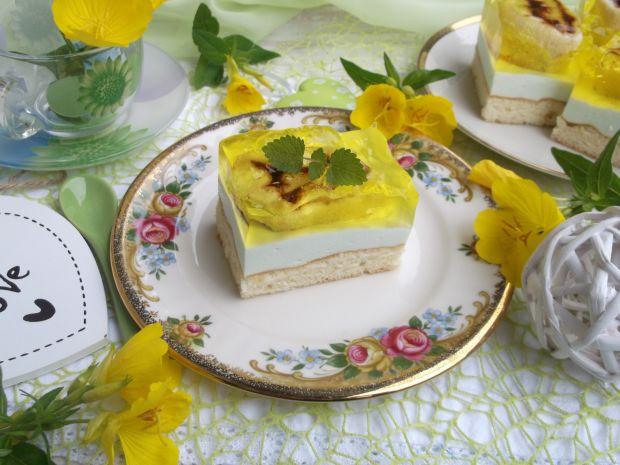 Ciasto biszkoptowe z pianką, galaretką i roladkami