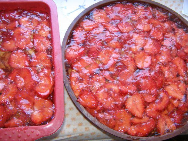 Ciasto budyniowe z truskawkami