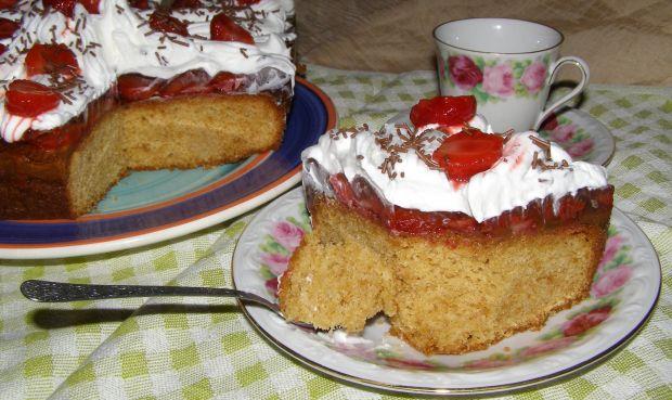 Ciasto chałwowe z truskawkami i bitą śmietaną