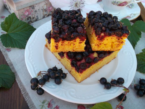 Ciasto drożdżowe z czarnymi porzeczkami