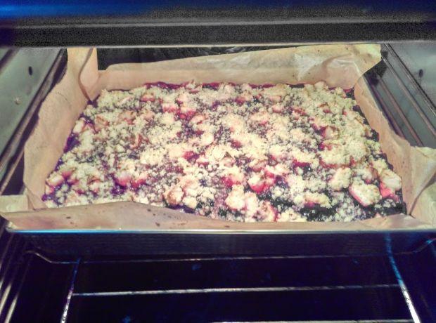 Ciasto drożdżowe z jagodami i rabarbarem