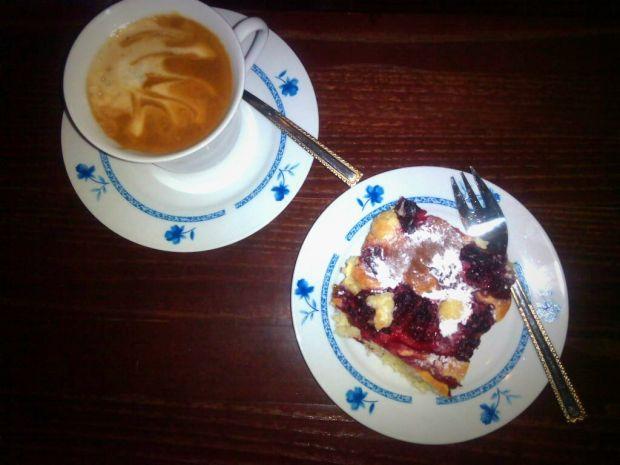 Ciasto drożdżowe z kruszonką i malinami