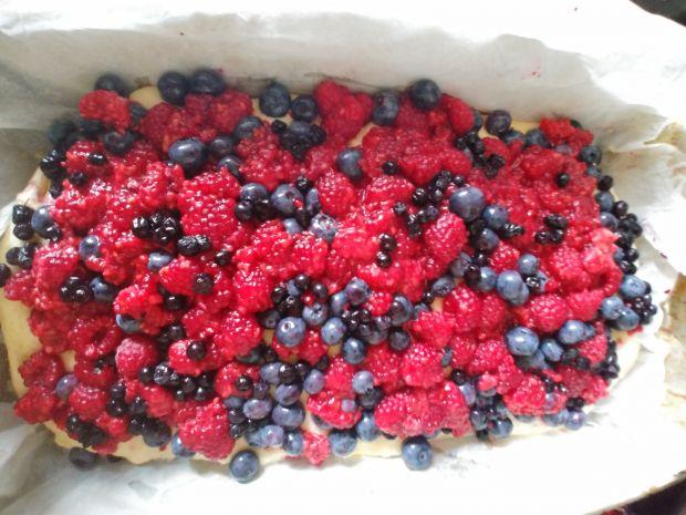 Ciasto drożdżowe z malinami, borówkami i jagodami