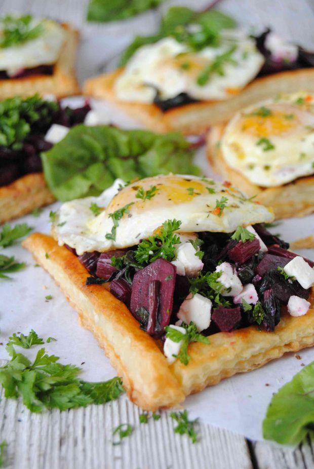 Ciasto francuskie z botwinką i jajkiem sadzonym