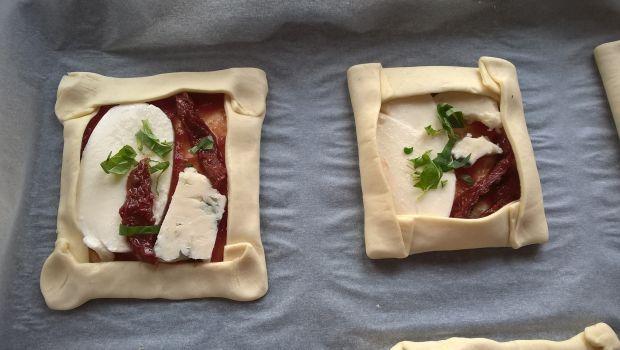 Ciasto francuskie z serem i suszonymi pomidorami