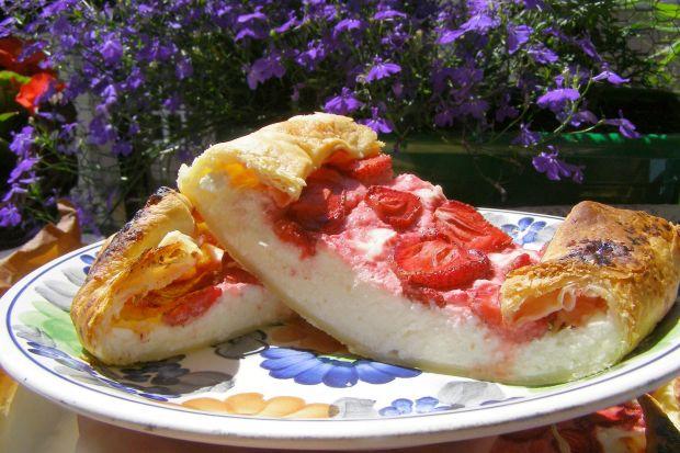 Ciasto francuskie z serem,truskawkami