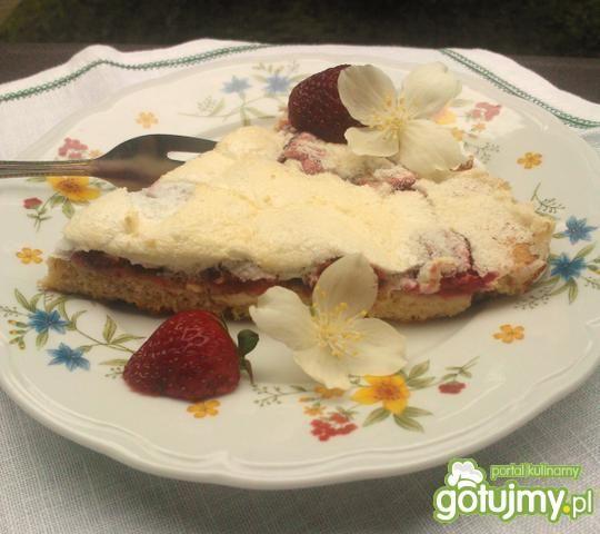 Ciasto jogurtowe z truskawkami i bezą