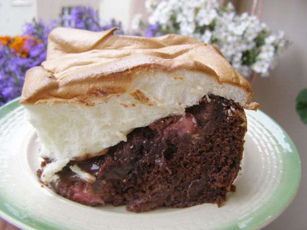 Ciasto kakaowe z truskawkami i pianką bezową