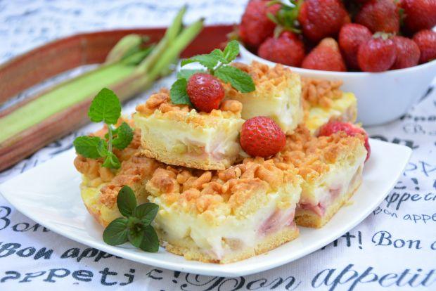 Ciasto kruche z budyniem, truskawkami i rabarbarem