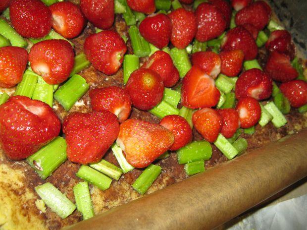 Ciasto kruche z truskawkami i rababarem