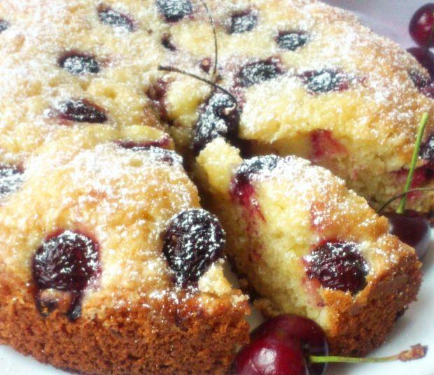 Ciasto kubeczkowe z czereśniami.