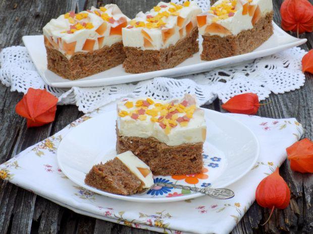 Ciasto marchewkowe z jogurtową pianką i galaretką