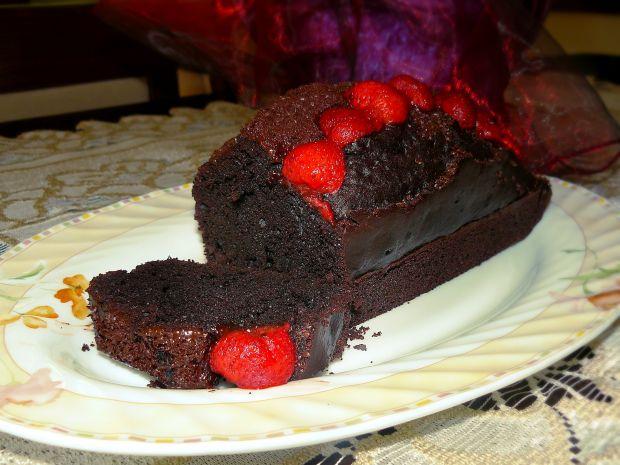 Ciasto mocno czekoladowe z truskawkami
