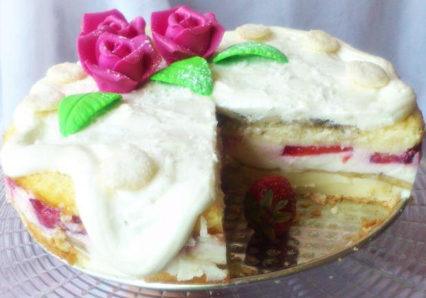 Ciasto na mleku z serkiem, owocami i bitą śmietaną