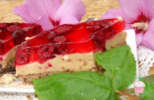 Ciasto orzechowe z masą chałwową i malinami