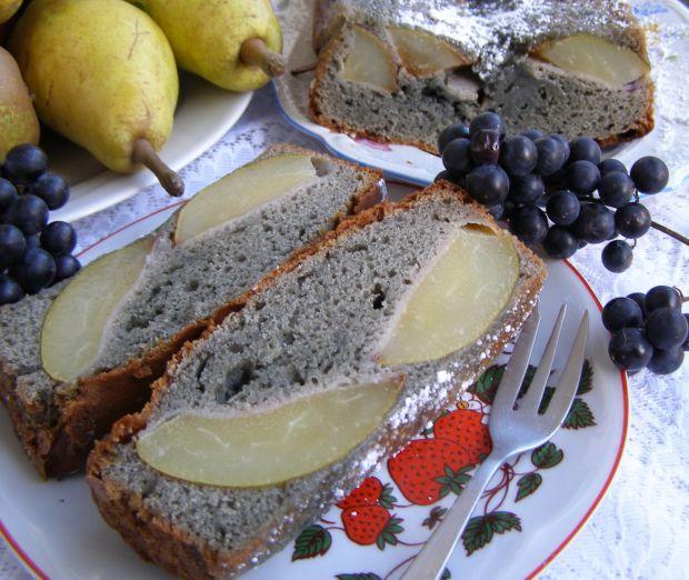 Ciasto smaczne z ciemnymi winogronami na gruszkach