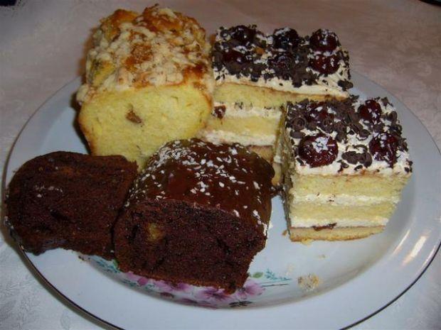 Ciasto tortowe z bitą śmietaną i alkohol