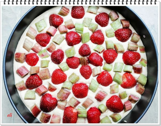 Ciasto ucierane Eli z truskawkami i rabarbarem