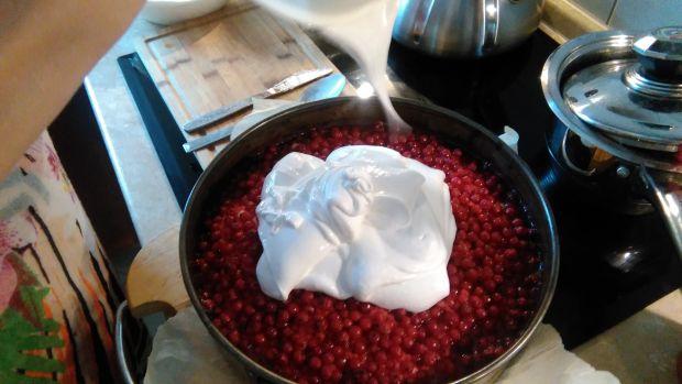 Ciasto ucierane z porzeczkami pod bezową kołderką