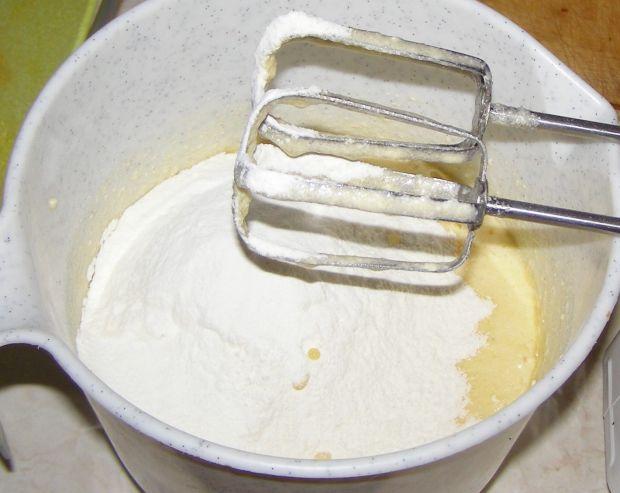 Ciasto ucierane z rabarbarem i pianką bezową