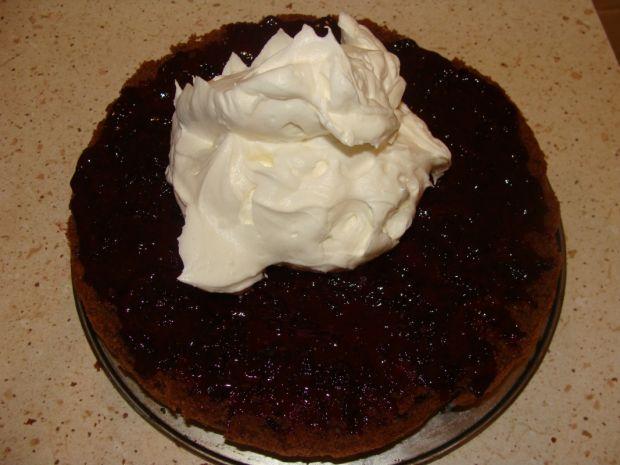 Ciasto z dżemem z czarnej porzeczki i bitą śmietan
