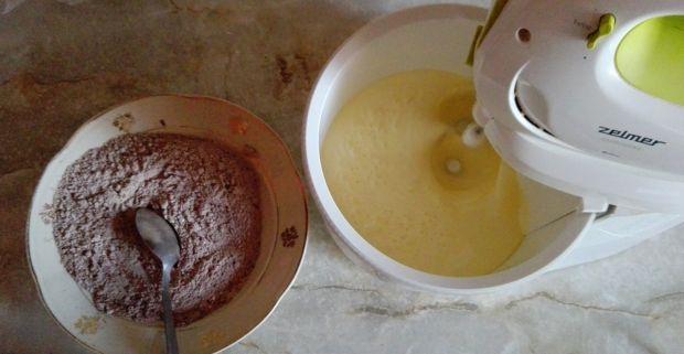 Ciasto z kremem karpatkowym i malinami