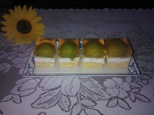 Ciasto z kremem mascarpone i śliwkami w galaretce