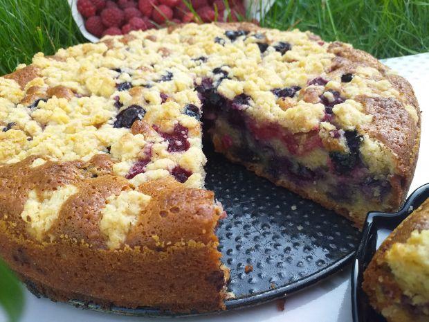 Ciasto z malinami, borówkami i kruszonką
