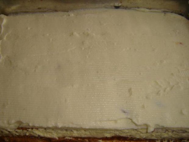 Ciasto z masa truskawkową i śmietaną