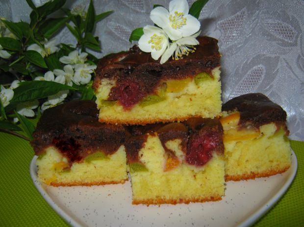 Ciasto z truskawkami, brzoskwinią i rabarbarem