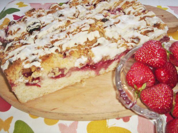 Ciasto z truskawkami i polewą z białej czekolady