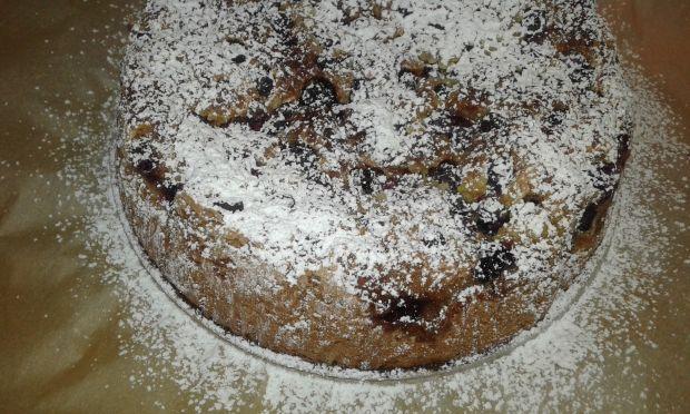 Ciemne ciasto bezproszkowe z owocami