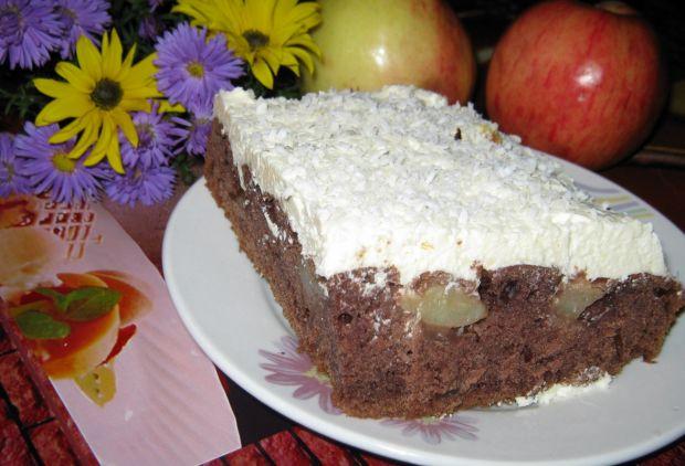 Ciemne ciasto z owocami i kremem