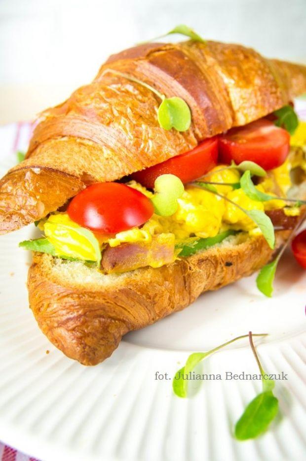 Croissant z jajecznicą i pomidorami
