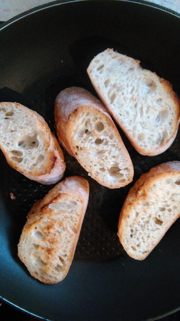 Crostini z granatem, awokado i gorgonzolą