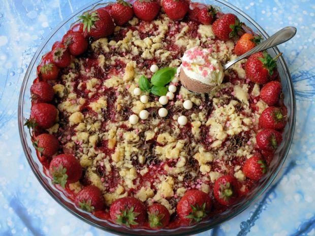 Crumble truskawkowe z czekoladą, kokosem i lodami