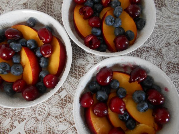 Crumble z owocami i płatkami migdałowymi