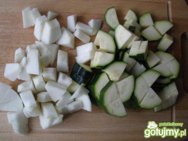 Cukinia duszona z kiełbasą i jabłkiem