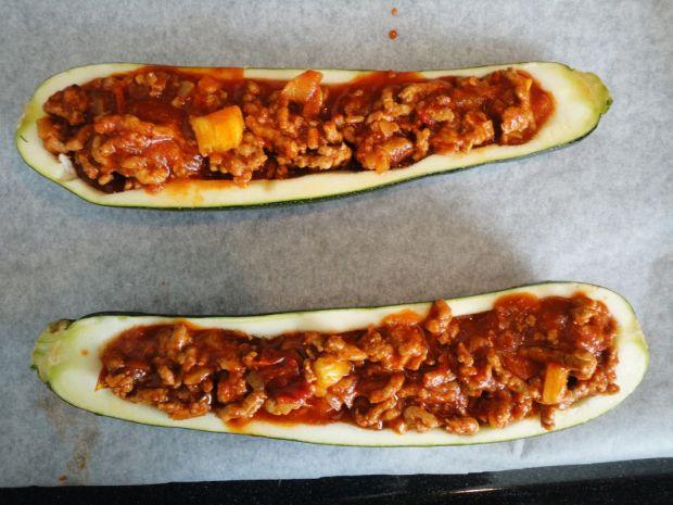 Cukinia faszerowana mięsem i pomidorami z cynamone