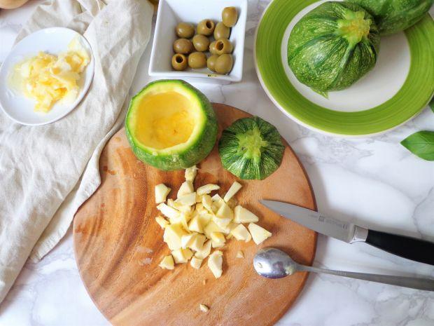 Cukinia faszerowana ziołowym serkiem z oliwkami
